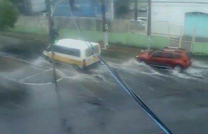 Lâmina d'água na Rua Silvio Pélico com a Rua Fonseca e Silva, no Alecrim — Foto: STTU