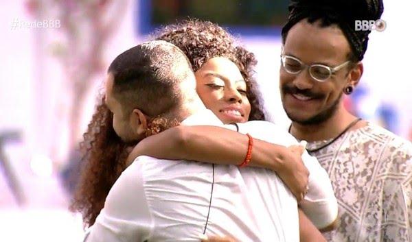 'BBB Dia 101': Lumena abraça Gilberto sob o olhar atento de João Luiz — Foto: Globo