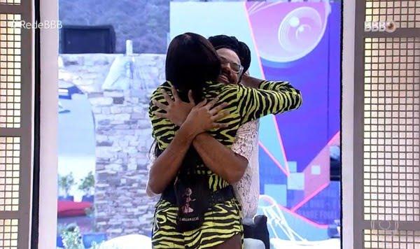 'BBB Dia 101': Camilla de Lucas e João Luiz se abraçam na volta da casa mais vigiada — Foto: Globo