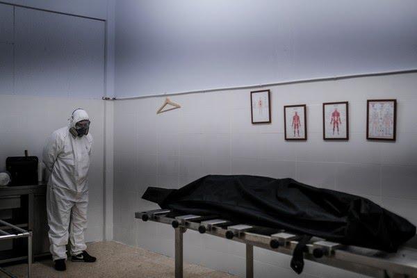 Funcionário de funerária de Lisboa, em Portugal, observa corpo de vítima da Covid-19 em 29 de janeiro — Foto: Patrícia de Melo Moreira/AFP