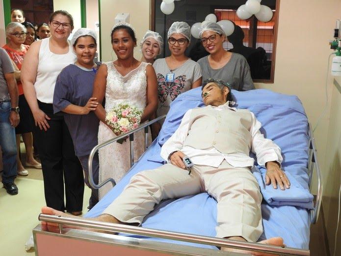 Énio e Gleyce com a equipe médica que auxiliou e acompanhou o casamento no HRPT, em Altamira, no sudoeste do Pará (Foto: Ascom/HRPT)