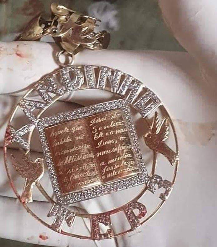 Cordão de traficante apreendido tem salmo da Bíblia e inscrição de facção crimonosa — Foto: Reprodução/ Polícia Civil