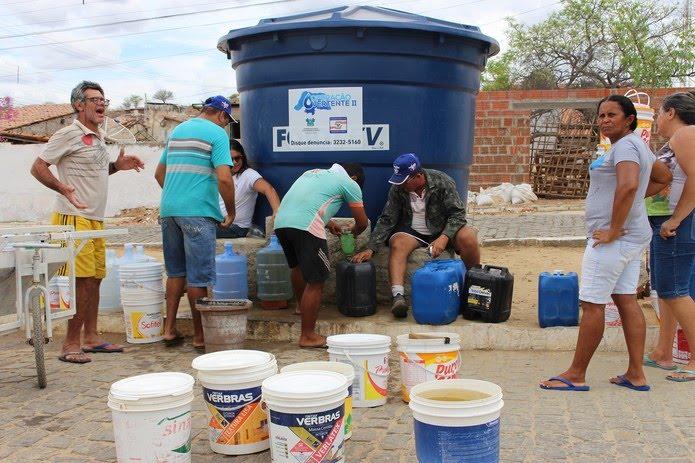 No RN, moradores de muitos municípios precisam recorrer aos chafarizes para ter o que beber — Foto: Anderson Barbosa/G1
