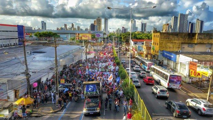 Em Natal, estudantes e professores saíram em passeata em favor da educação, com cartazes e faixas — Foto: Wendell Jeferson