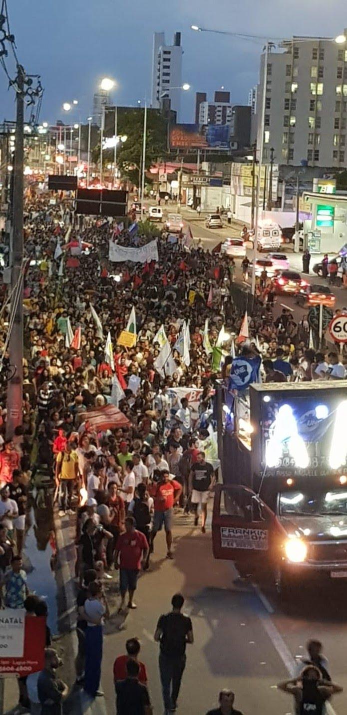 Ato em defesa da educação em Natal reuniu pessoas em passeata na Avenida Senador Salgado Filho — Foto: Jonas Reis