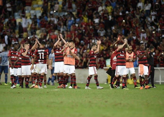 Rubro-negros aplaudem o torcedor após vitória sobre o Cruzeiro (Foto: André Durão/GloboEsporte.com)