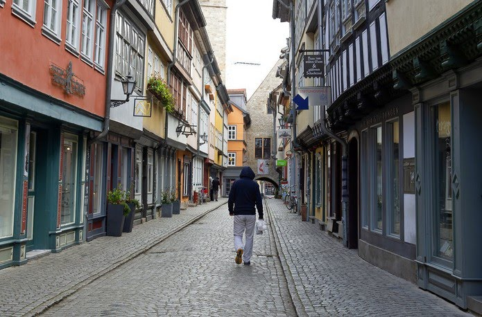 Erfurt, na Alemanha, com as ruas desertas — Foto: Jens Meyer/AP Photo