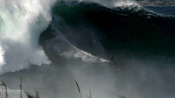 Justine Dupont pegou uma onda estimada em 17,14m — Foto: Pedro Miranda