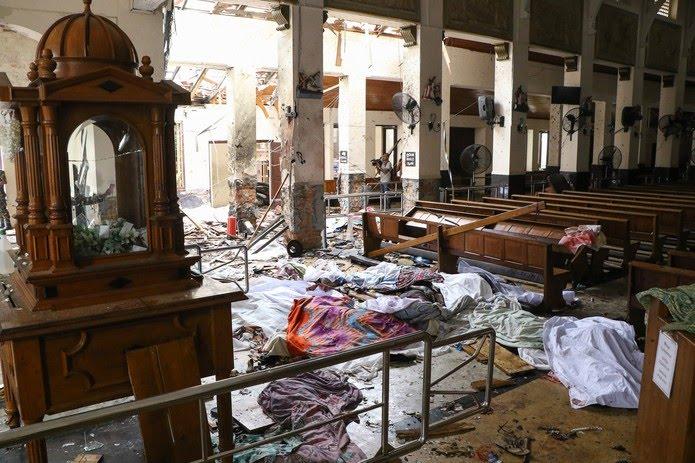Pessoas mortas após atentado em igreja de Santo Antônio em Colombo, Sri Lanka, neste domingo 21). — Foto: AFP