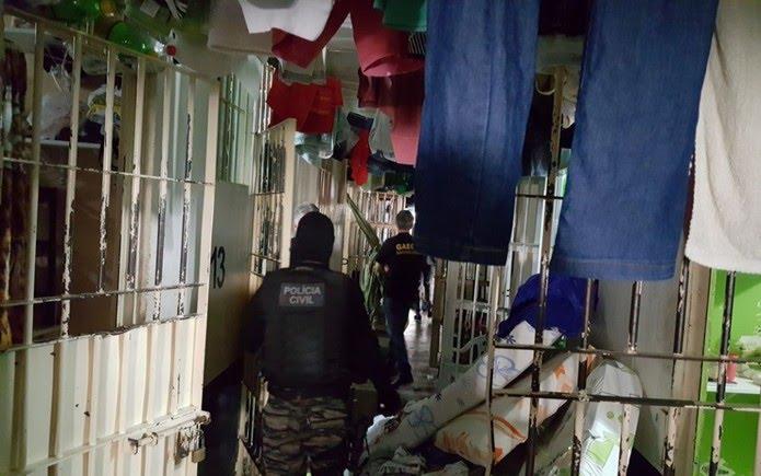 Policiais durante operação contra regalias a presos em Anápolis