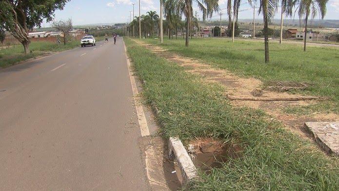 Bueiro na QR 425 de Samambaia, onde mala com partes do corpo da criança foi deixada — Foto: TV Globo/Reprodução