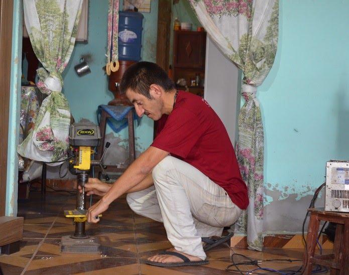 O 'inventor' não tem acesso a internet em casa e diz que aprendeu a mexer nas ferramentas e criar os projetos sozinho — Foto: Érica Ribeiro/G1