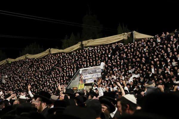 Centenas de judeus ortodoxos cantam e dançam no festival Lag B'Omer em Monte Meron, no norte de Israel, nesta quinta (29) — Foto: Reuters