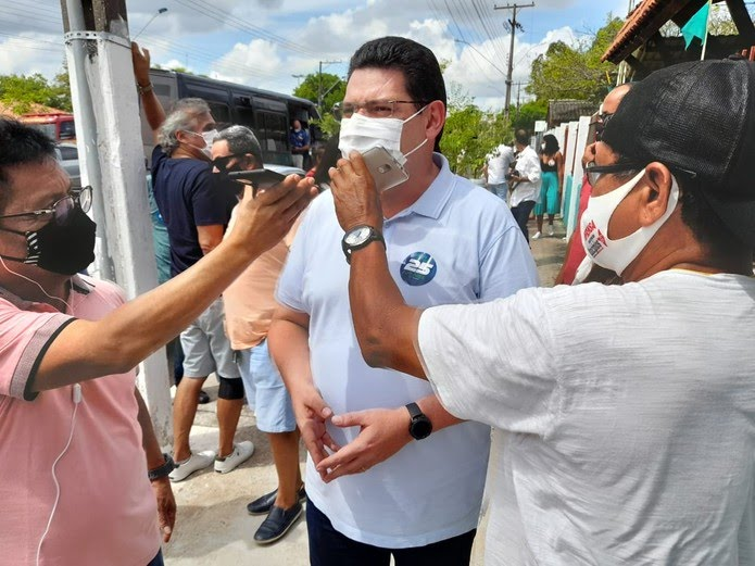 Josiel (DEM) chega para votar na Zona Sul de Macapá — Foto: Victor Vidigal/G1