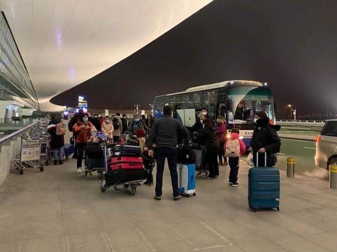 Fila de brasileiros no embarque do aeroporto de Wuhan, na China — Foto: Arquivo pessoal
