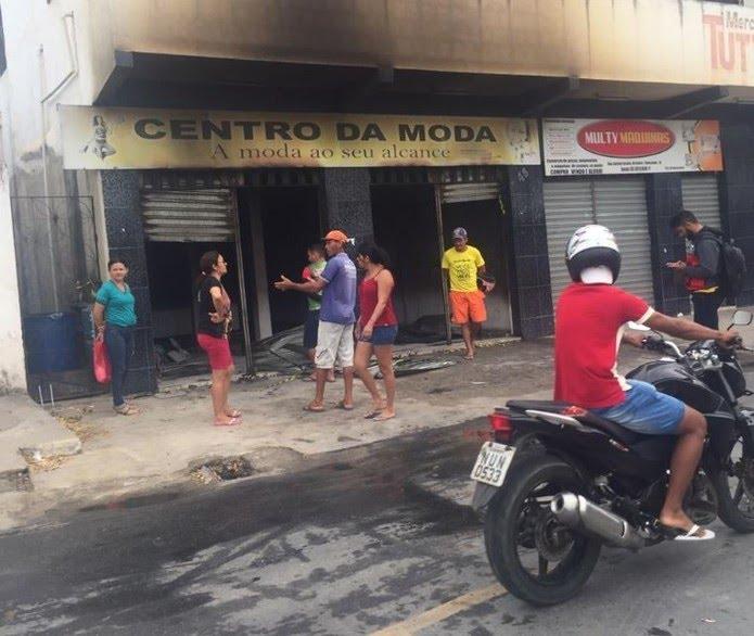 Estabelecimentos foram queimados durante ataque criminoso na cidade de Chorozinho, no interior do Ceará, nesta segunda-feira — Foto: Sistema Verdes Mares/Reprodução
