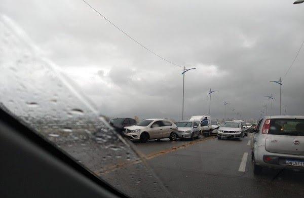 Carros se envolvem em engavetamento na ponte Bandeira Tribuzzi, em São Luís (MA) — Foto: Divulgação/Redes sociais