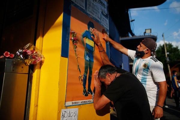 Torcedores choram morte de Maradona na Bombonera, estádio do Boca Juniors, em Buenos Aires — Foto: Natacha Pisarenko/AP Photo