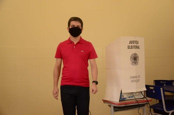 Senador Randolfe Rodrigues (Rede) vota para prefeito da capital — Foto: Divulgação
