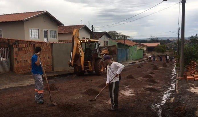 Prefeitura de Piraju manda retroescavadeira para ruas que foram cobertas de lama pelo temporal — Foto: Pedro Salgado/TV TEM