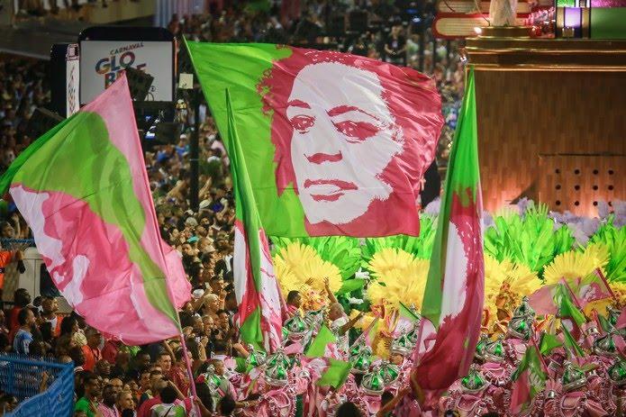 Bandeiras com o rosto de Marielle Franco no final do desfile da Mangueira — Foto: Rodrigo Gorosito/G1