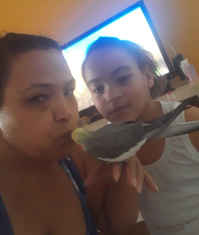 Valdilene e a sobrinha, Kimberlly Dias, reencontraram a calopsita Kiko — Foto: Arquivo Pessoal/Valdilene Fernandes