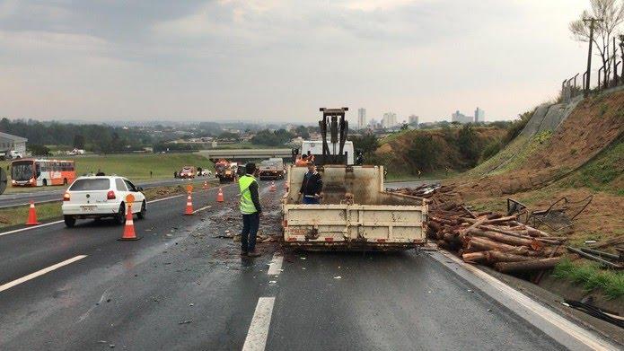 Acidente foi na altura do quilômetro 53 da Rodovia Antônio Romano Schincariol — Foto: Beatriz Buosi/TV TEM