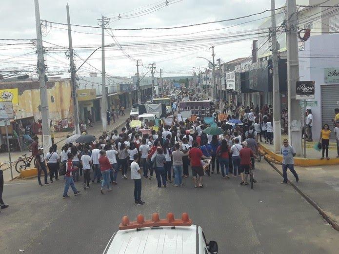 Manifestantes saíram pelas ruas de Assu, no Oeste potiguar, para protestar contra os cortes na educação — Foto: Cedida