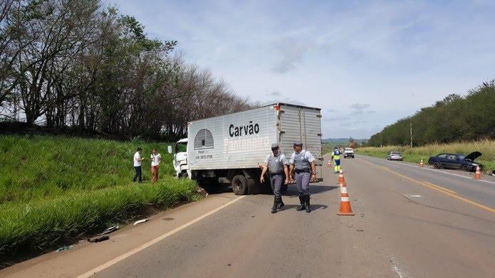 Parte de uma das faixas interditada para retirada dos veículos na SP-133 em Limeira — Foto: Paulo Gonçalves/EPTV