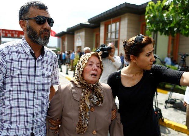 A mãe de Abdülhekim Bugda, Sacide Bugda (centro), precisou ser amparada por parentes ao saber da morte do filho (Foto: Osman Orsal/Reuters)