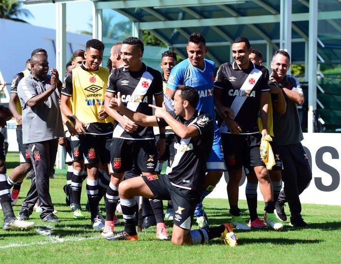 Jogadores comemoram com Nenê o gol da vitória sobre o Atlético-GO