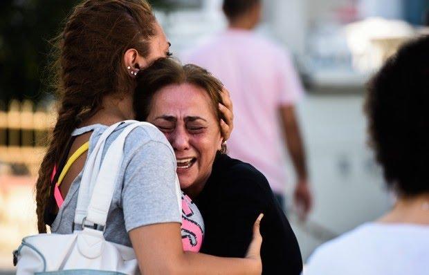 Mulher é consolada após saber de morte de parente no atentado de Istambul (Foto: Bulent Kilic/AFP)