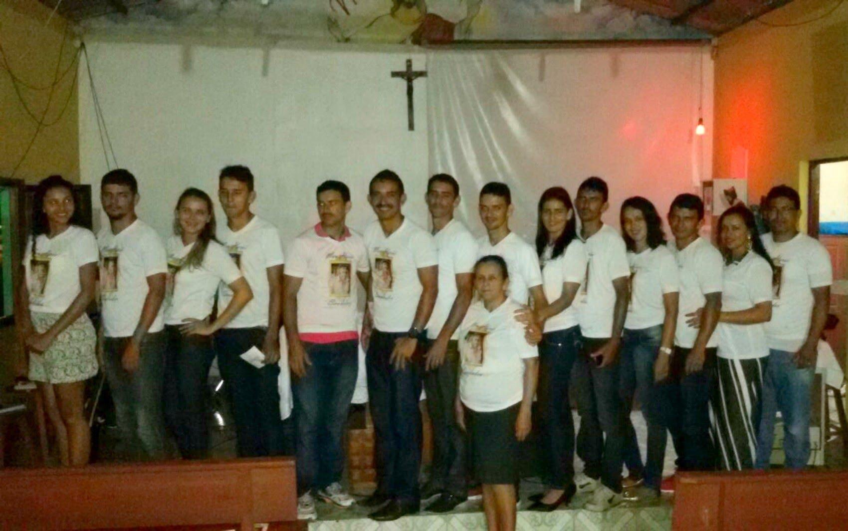 Marlene Maciel (no centro) com os 14 filhos na missa de sétimo dia do marido, morto em dezembro de 2015 (Foto: Adelcimar Carvalho/G1)