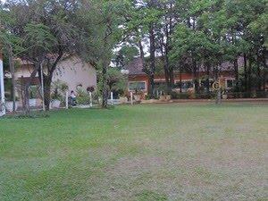 Casa do caseiro fica na entrada do espaço de eventos  (Foto: Mayara Corrêa/G1)