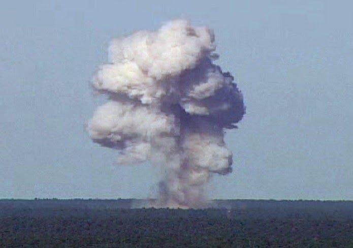 Imagem de arquivo mostra teste da bomba MOAB GBU-43/B em novembro de 2003 em base aérea da Flórida, nos EUA
