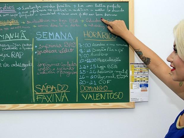 Sara exibe quadro de metas e valores que almeja passar para o filho (Foto: Fabio Rodrigues/G1)