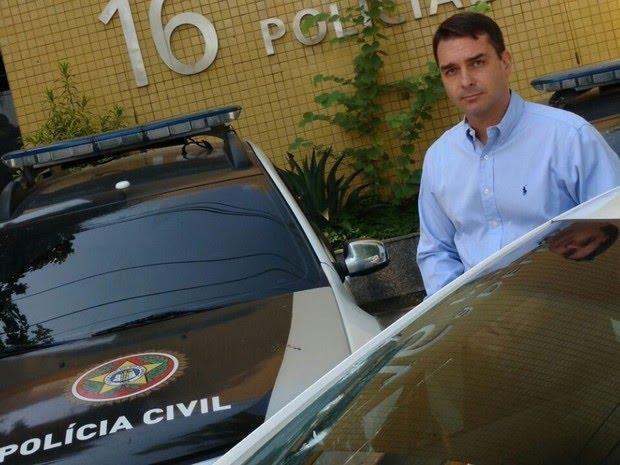Flávio Bolsonaro esteve na 16 DP (Barra da Tijuca) após reagir a assalto (Foto: Reprodução)