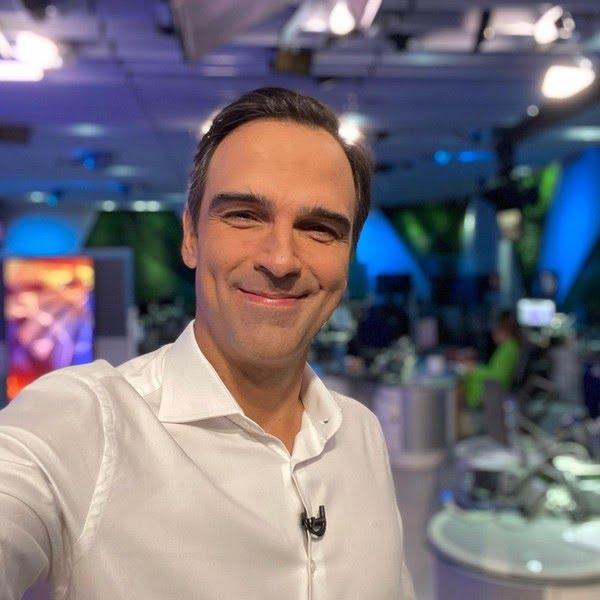 Tadeu Schmidt na redação do jornalismo — Foto: Reprodução/Instagram