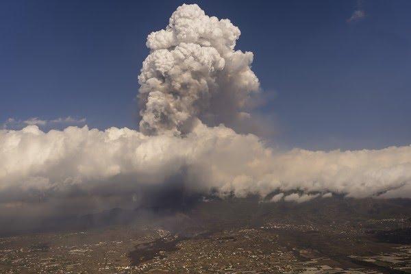 Erupção do vulcão na ilha de La Palma, na Espanha, em 23 de setembro de 2021. Ele entrou em atividade em uma pequena ilha espanhola nas Canárias, no Oceano Atlântico, no domingo (19) e forçou a evacuação de milhares de pessoas. — Foto: Emilio Morenatti/Pool via Reuters
