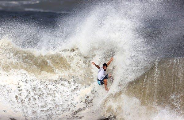Brasileiro dropando onda na final olímpica — Foto: REUTERS/Lisi Niesner