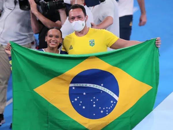 Rebeca Andrade celebra prata ao lado do técnico Francisco Porath — Foto: Ricardo Bufolin/CBG