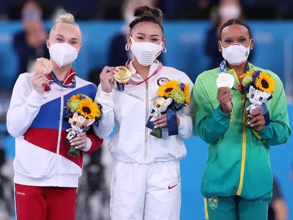 Angelina Melnikova, Sunisa Lee e Rebeca Andrade — Foto: Ricardo Bufolin / Panamerica Press / CBG