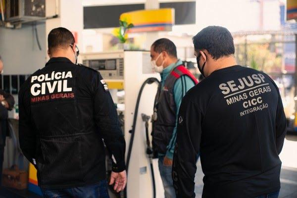 Fiscalização de postos de combustível em Minas Gerais — Foto: Dirceu Aurélio/Ascom Sejusp