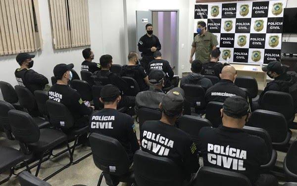 Policiais se reúnem antes de sair para cumprir mandados — Foto: Reprodução/MP-GO