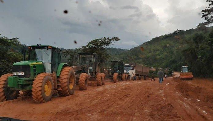 Caminhões estão sendo puxados por máquinas na BR-163 para chegarem aos portos do Pará (Foto: João Miranda/Arquivo pessoal)