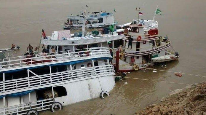 Embarcação naufragou após ter o casco rompido por um tronco, no interior do Amazonas