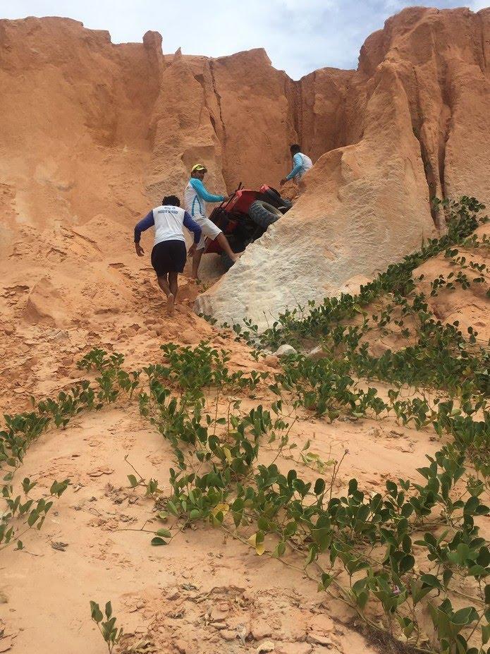 Bugueiros socorrem casal que caiu de uma altura de cerca de 20 metros em Canoa Quebrada