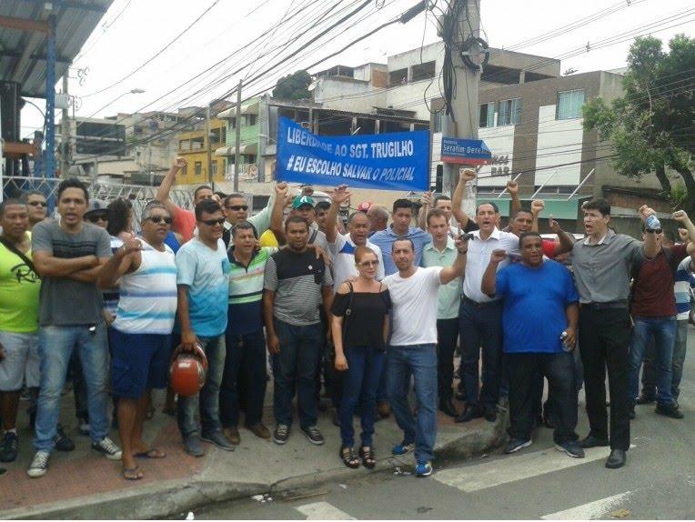 Manifestação em defesa de militar preso por não entregar colete (Foto: Kaique Dias/CBN Vitória)