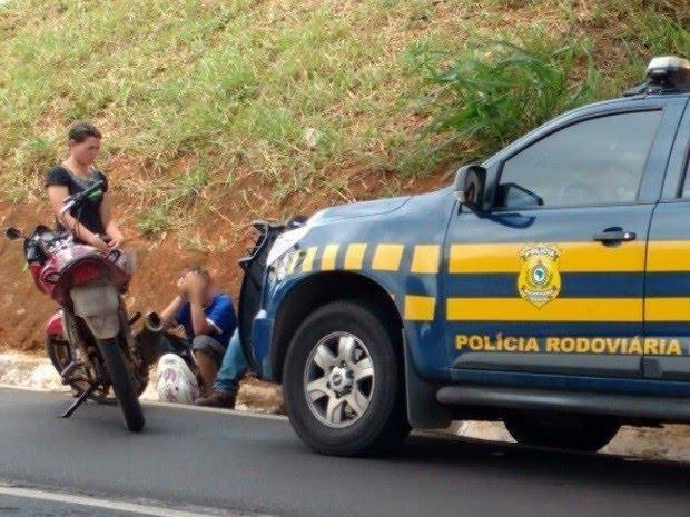 Criança de 10 anos é flagrada pilotando moto com mãe na garupa em Morrinhos Goiás BR-153 (Foto: Divulgação/PRF)