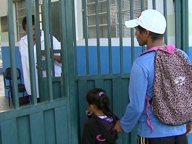 Juracir acompanha entrada da Maria da Vitória na CEMEI (Foto: Reginaldo dos Santos/ EPTV)